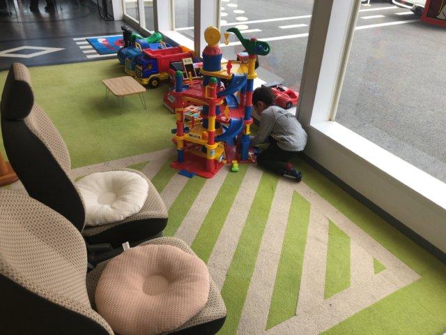 カーチスの店内に子供の遊べるスペースがあり快適